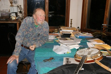 Pete, arbeidsbordet og banjoen. Hvem vet om ikke noen av visene hans har blitt til her?